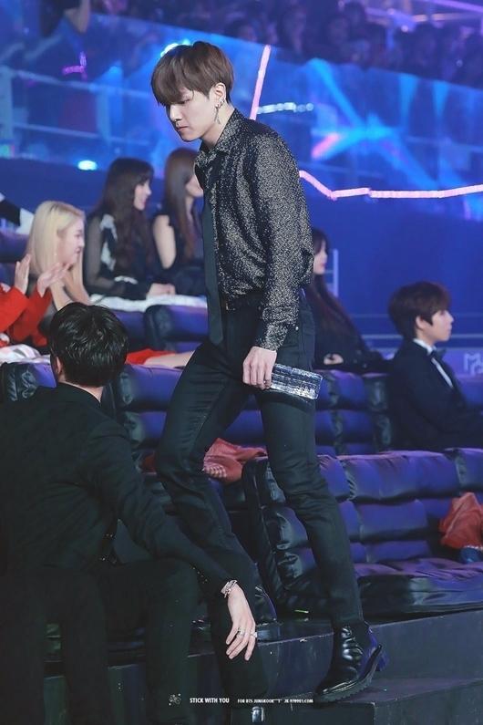 Nhiều người khẳng định rằng Jung Kook là một trong những nam idol có đôi chân đẹp nhất Kpop hiện nay. Trước đây vào những năm 2016 - 2017, Jung Kook thường xuyên diện quần bó để khoe triệt để đường cong và vẻ đẹp trên đôi chân mình. Tuy nhiên gần đây, anh chàng ít khi mặc quần jeans khiến fan không còn được thấy những hình ảnh thần thánh.
