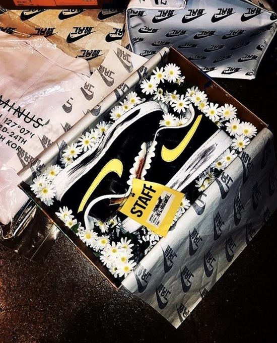 Phiên bản có logo màu vàng không mở bán mà để tặng cho bạn bè thân của G-Dragon.