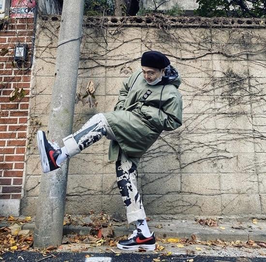 Rapper Giriboy tạo dáng khoe giày mới.