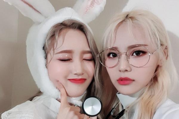JinSoul của Loona gây chú ý khi cô ra mắt với mái tóc vàng bạch kim trong MV ca nhạc Singing in the Rain và duy trì màu tóc từ đó. Không lâu, thành viên Gowon của nhóm cũng gia nhập hội những cô nàng tóc vàng. Cả hai được khen là trông rạng rỡ hơn với kiểu tóc này.