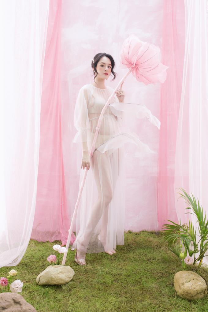 <p> Được bạn bè động viên, Hoàng Anh nhờ nhiếp ảnh gia Rose Ng thực hiện bộ ảnh bầu bí để lưu lại những năm tháng đáng nhớ trong cuộc đời.</p> <p> </p>