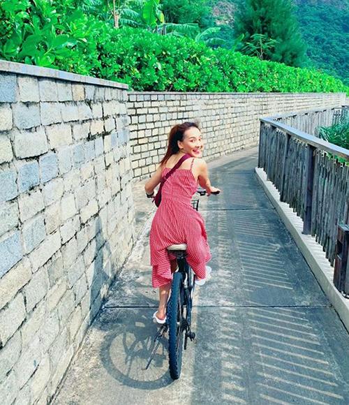 Bảo Thanh nhí nhố đạp xe đi chơi.