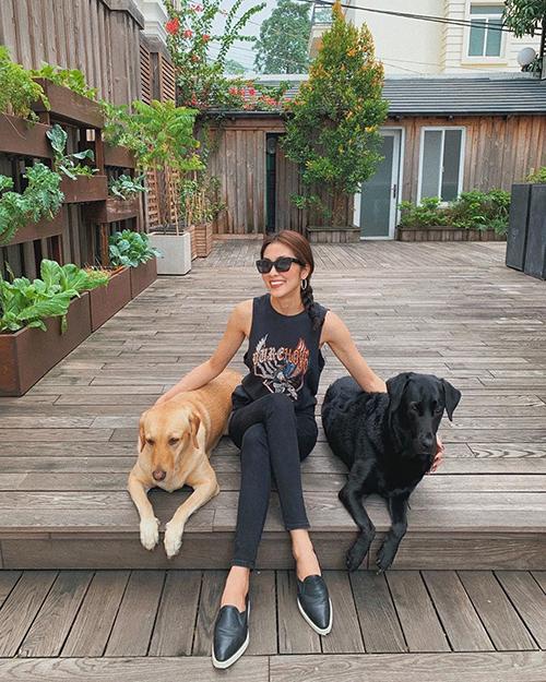 Tăng Thanh Hà khoe khoảnh khắc bình yên chơi cùng hai chú chó cưng.