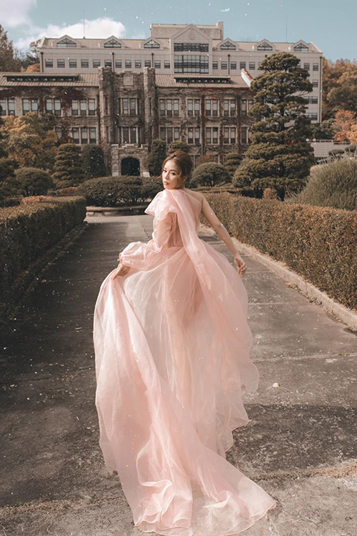 Sam hóa công chúa giữa khung cảnh cổ kính của ngôi trường đại học lâu đời nhất Hàn Quốc.