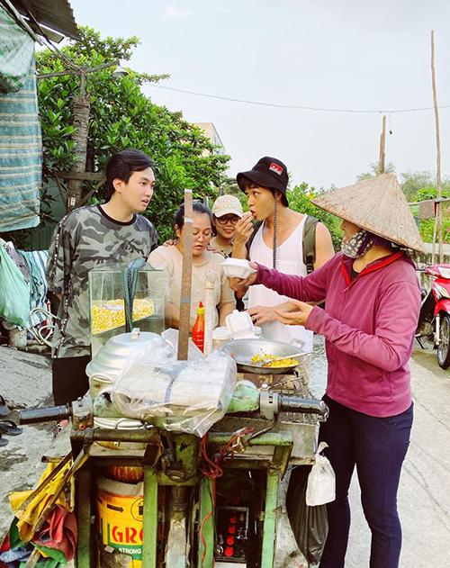 Anh Tuấn và Jun Phạm rủ nhau ăn vặt xe hàng rong.