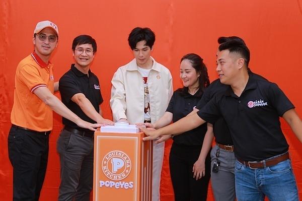 Chàng Quý Khánh của Cua lại vợ bầutham gia bấm bục hạ màn khai trương, chào đón các vị khách đến với cửa hàng mới nhất của chuỗi gà rán Popeyes.