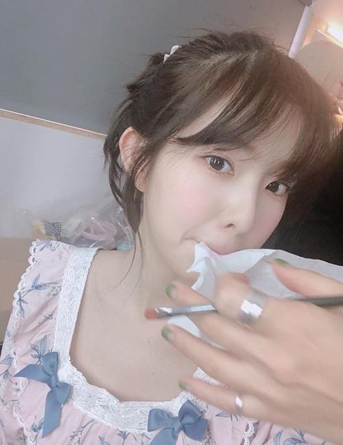 Irene chia sẻ ảnh hậu trường trang điểm khi còn đang mặc đồ ngủ.