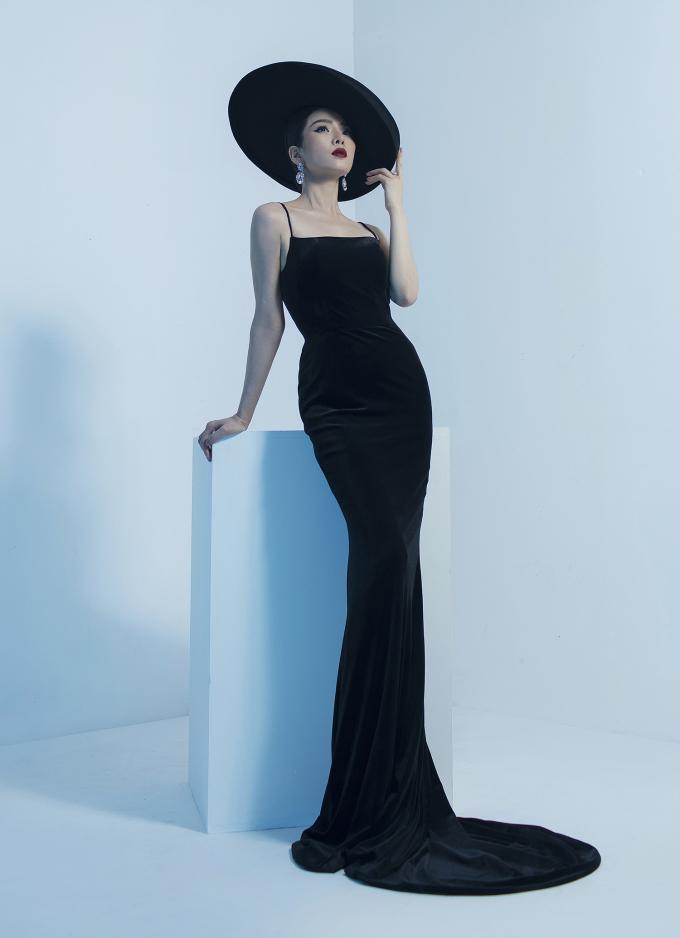 """<p> """"Nữ hoàng phòng trà"""" diện những bộ đầm ôm sát, khoe thân hình mảnh mai, vòng eo 56 cm.</p>"""