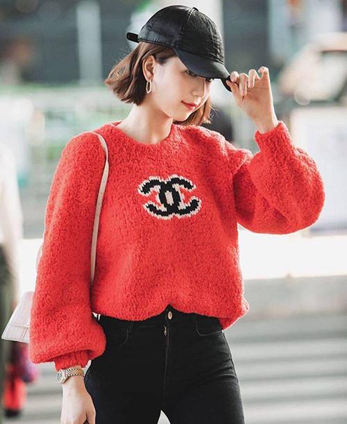 Ngọc Trinh nổi bật ở sân bay với bộ trang phục sành điệu. Chân dài diện mẫu áo len đỏ của Chanel, kết hợp quần jeans skinny ôm sát khoe vóc dáng.