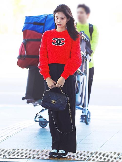Khác với phong cách của Ngọc Trinh, nữ idol Hàn diện theo cách khỏe khoắn, đáng yêu hơn. Cả cây đồ của Jennie đều đến từ thương hiệu Chanel, với tổng giá trị khoảng 300 triệu đồng.