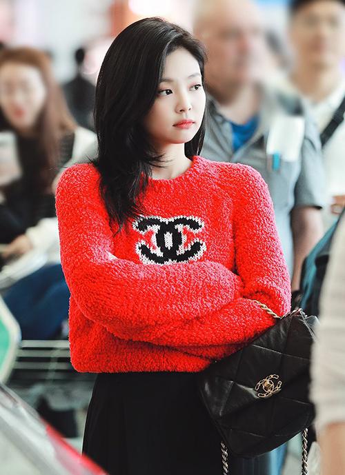 Hồi tháng 10, khi lên đường sang Paris dự show của Chanel, Jennie cũng mặc chiếc áo đắt đỏ này.