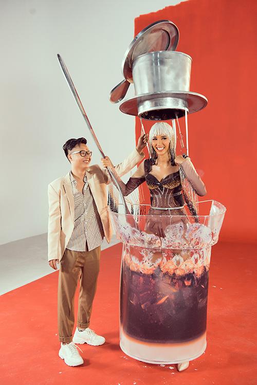 Sản phẩm hoàn thiện của Cafe phin sữa đá khá giống bản vẽ, với thân váy biến tấu thành cốc cà phê, trên đầu là đồ trang trí mô phỏng chiếc phin cà phê. Trang phục này là ý tưởng mới mẻ chưa từng có từ trước đến nay, tuy nhiên nó cũng gây tranh cãi về khả năng thuận tiện di chuyển, đồng thời có thể làm che mất vóc dáng của Hoàng Thùy.