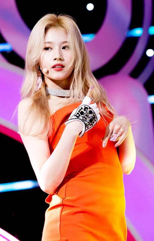 Sana trông không khác gì búp bê Barbie khi nhuộm tóc vàng. Thành viên của Twice được đánh giá là phù hợp với nhiều phong cách khi nhuộm tóc vàng, từ trẻ trung, tinh nghịch đến dịu dàng, sắc sảo.