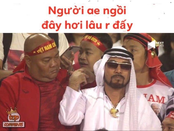 <p> Một CĐV Việt hóa trang thành người hâm mộ UAE.</p>