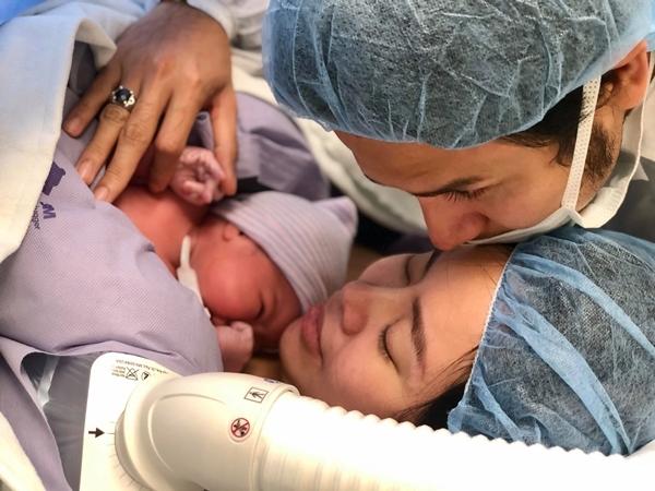 Thanh Tài bên vợ con sau khi sinh.