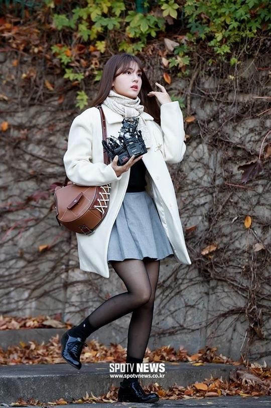 Jeon Somi nhận nhiều lời khen về visual xinh đẹp. Cô nàng cũng chú trọng vào trang phục trong ngày dự thi, với set đồ gồm áo khoác dài, khăn cổ, skirt, tất da và boot sành điệu.