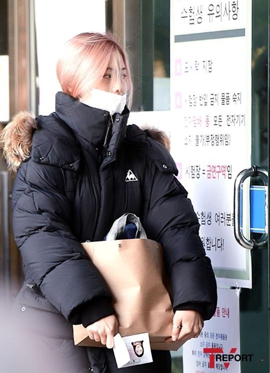 Trong khi Jeon Somi có vẻ ngoài long lanh, Ryu Jin (ITZY) lại khá giản dị. Cô nàng không trang điểm,đeo khẩu trang che nửa khuôn mặt.