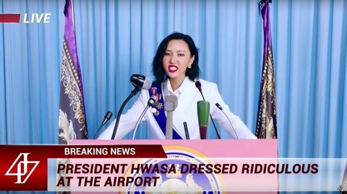 Một trong những hình ảnh chiếm spotlight của MV là cảnh Hwasa đóng vai nữ tổng thống.