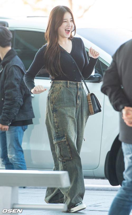 Xuất hiện 9/11 mới đây, Nancy phối quần suông cạp cao đóng thùng với áo len ôm. Quần suông rộng thùng thình khiến cô nàng trông luộm thuộm, cạp quần quá cao làm phần lưng ngắn đi khiến cơ thể mất cân đối.