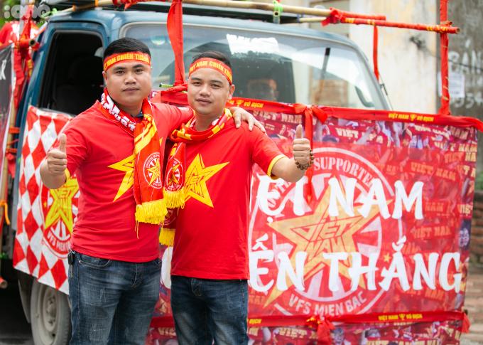 <p> Các thành viên mặc áo đỏ sao vàng hoặc áo của hội cổng động viên, mang theo lá cờ Tổ quốc và dán các khẩu hiệu trên xe.</p>