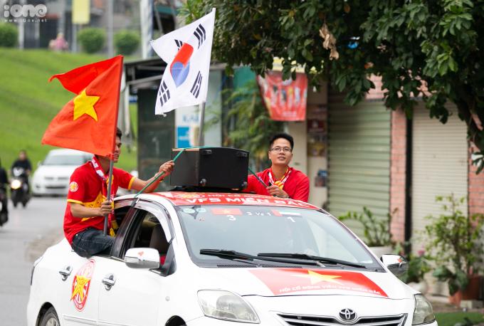 <p> Quốc kỳ Việt Nam và quốc kỳ Hàn Quốc luôn được các CĐV vẫy cao như một lời cảm ơn tới HLV Park Hang-seo.</p>