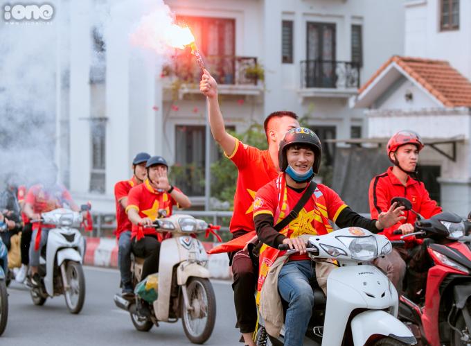 <p> Pháo sáng luôn là vấn đề khiến ban tổ chức quan ngại. Tháng 10/2018, VFF phải chịu phạt 12.500 USD vì CĐV Việt Nam đốt pháo sáng tại Asiad 2018.</p>