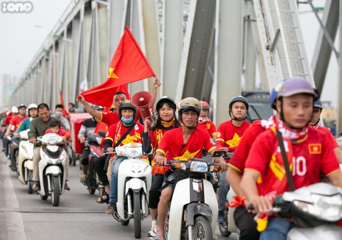 <p> 13h30 ngày 14/11, các thành viên của hội cổ động viên bóng đá Việt Nam (VFS) tập trung ở Long Biên, Hà Nội để tham gia diễu hành, cổ vũ tinh thần cho đội tuyển Việt Nam.</p>