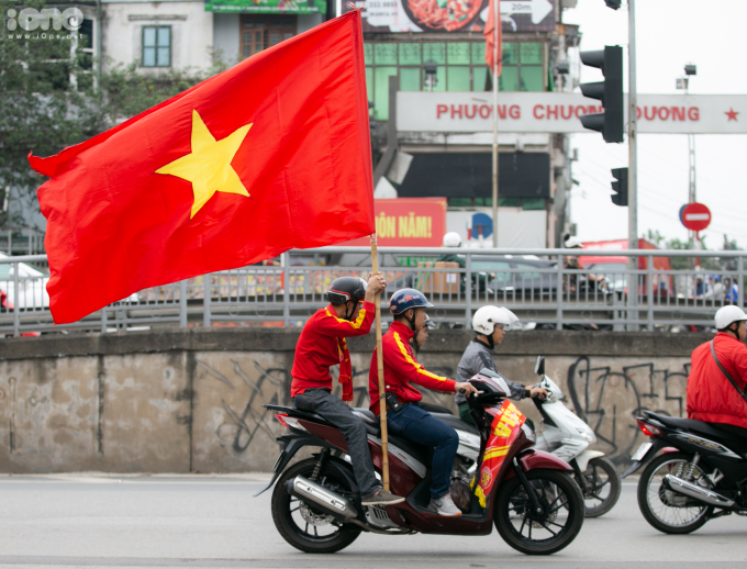<p> Màu cờ đỏ sao vàng tung bay khắp các đường phố. Tiếng kèn, hò hét khuấy động không khí vang lên.</p>