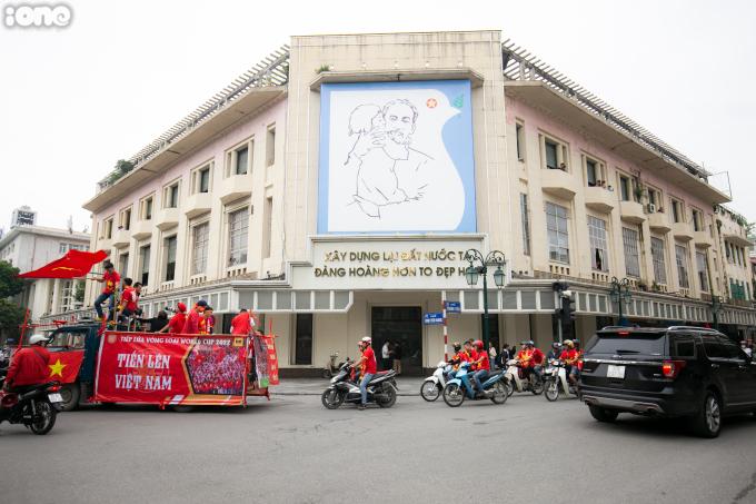<p> Hội CĐV đi qua Tràng Tiền, Hồ Gươm.</p>