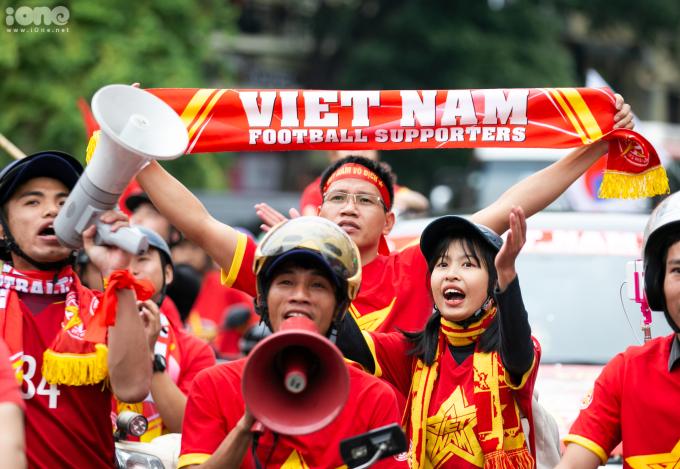 <p> Sau khi diễu hành, hội cổ động viên sẽ vào sân sớm để tiếp lửa cho đội tuyển Việt Nam. Với 7 điểm, đội tuyển Việt Nam hiện đứng thứ 2 ở bảng G, sau Thái Lan (cùng có 7 điểm nhưng kém hiệu số bàn thắng bại).</p>