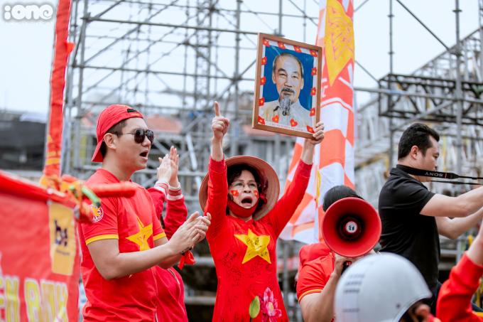 <p> Hội CĐV dừng xe ở đài phun nước (Quảng trưởng Đông Kinh Nghĩa Thục) để khuấy động không khí.</p>