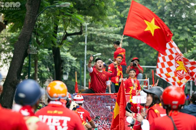 """<p> Đoàn diễu hành của Hội CĐV bóng đá miền Bắc liên tục bắt nhịp và hô vang """"Việt Nam vô địch"""" trên mọi tuyến phố đi qua như Long Biên, Hồ Gươm, Tràng Thi...</p>"""