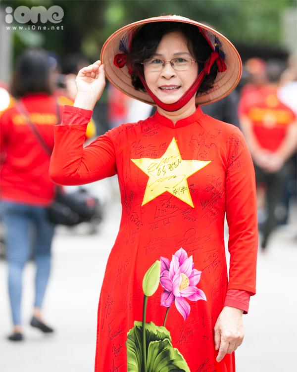 <p> Cô Nguyễn Thị Hồng Thúy mặc chiếc áo dài có các chữ ký của đội tuyển Việt Nam. Cô cho biết dù công việc khá bận rộn nhưng vẫn dành thời gian tham gia diễu hành cổ vũ cho đội tuyển.</p>