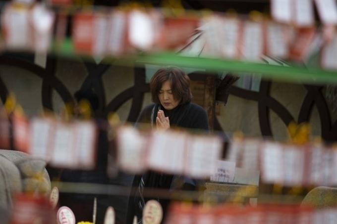 <p> Nhiều cha mẹ và ông bà Hàn Quốc đổ về các đền thờ để cầu nguyện cho con cháu. Trong ảnh, một người phụ nữ đang cầu nguyện trong ngôi đền Jogyesa, ở quận Jongno, Seoul - nơi tổ chức một buổi cầu nguyện đặc biệt dành cho các sĩ tử.</p>