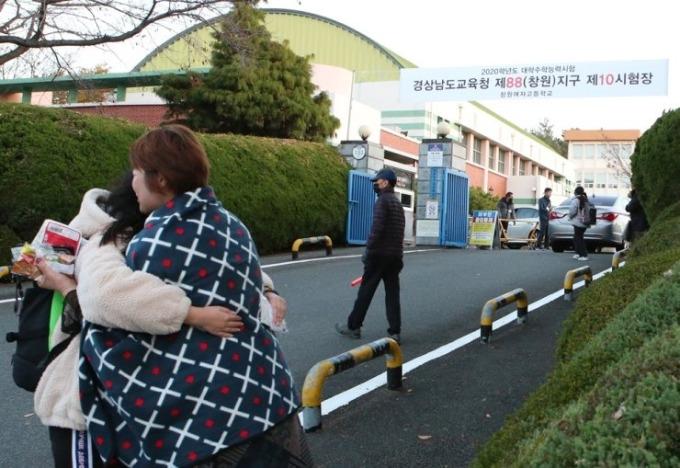 <p> Một giáo viên ôm học sinh trước khi bước vào kỳ thi tại trường Trung học nữ sinh Changwon.</p>
