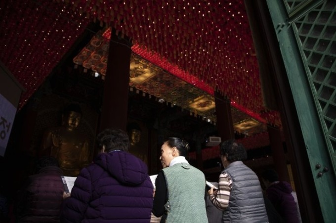 <p> Trần nhà phía trong ngôi đền cũng chứa hàng trăm ngọn nến giả được du khách trả tiền để bày tỏ đức tin.</p>