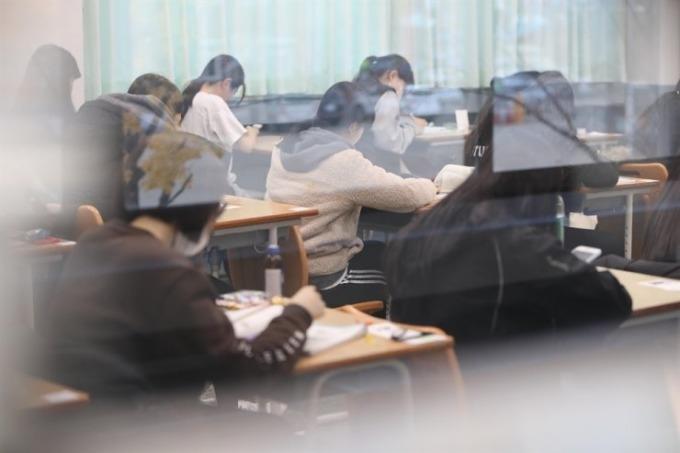 """<p> Điểm số ở kỳ thi """"Suneung"""" ảnh hưởng tới nhiều khía cạnh khác nhau trong cuộc đời các sĩ tử, bao gồm cả triển vọng nghề nghiệp và hôn nhân. Tại Hàn, người dân coi đây là kỳ thi <a href=""""https://ione.net/tin-tuc/nhip-song/hong/si-tu-han-thi-dai-hoc-cang-thang-khoc-liet-chang-kem-gi-viet-nam-3839484.html"""" rel=""""nofollow"""">quyết định thành bại </a>của cuộc đời.</p>"""