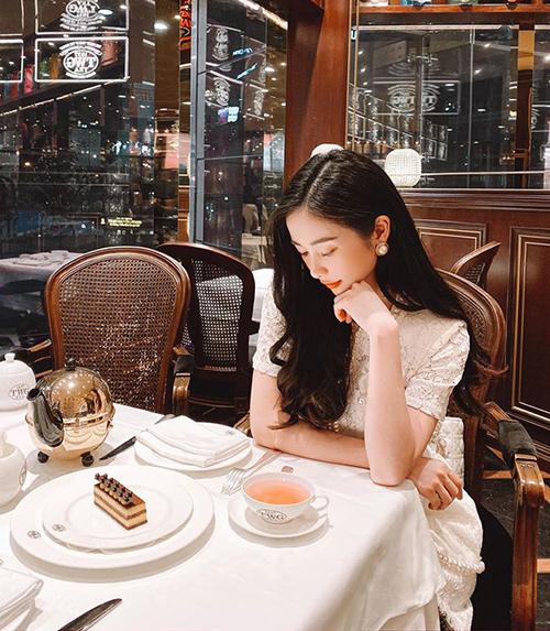Jun Vũ sang chảnh đi uống trà chiều.