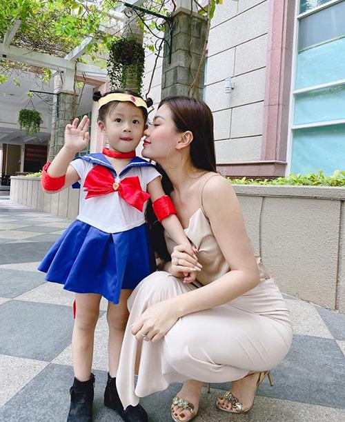 Á hậu Diễm Trang phủ nhận tin đồn đang là mẹ đơn thân. Cô cho biết ông xã làm việc ở nước ngoài nên không phải lúc nào cũng ở bên hai mẹ con.