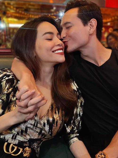 Kim Lý ôm hôn Hà Hồ tình tứ trong ngày sinh nhật.