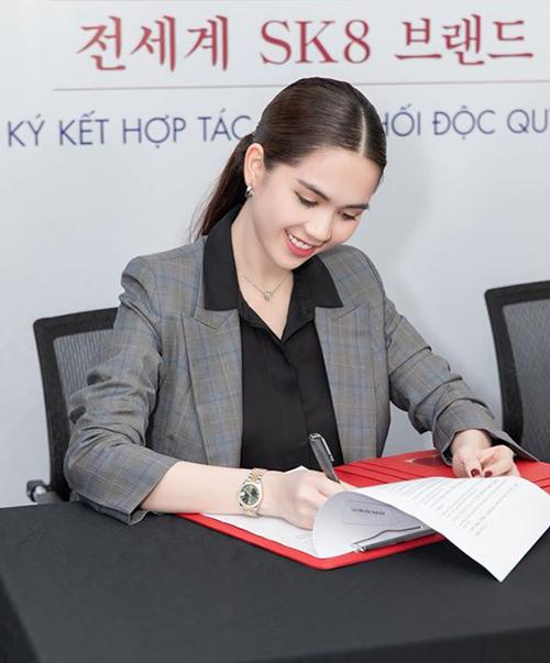Ngọc Trinh ra dáng doanh nhân trong chuyến công tác ở Hàn Quốc.