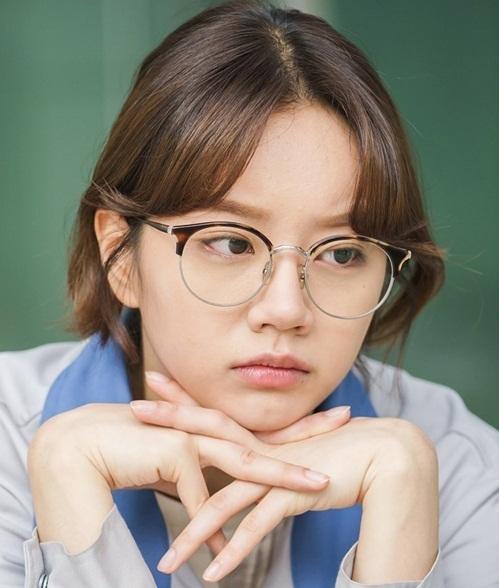 Hye Ri đeo kính trẻ như nữ sinh với khuôn mặt tròn đáng yêu.