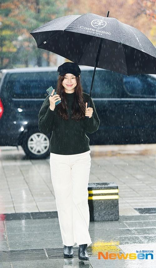 Honey Lee dạo bước dưới làn mưa, khung cảnh đẹp như trong phim truyền hình.