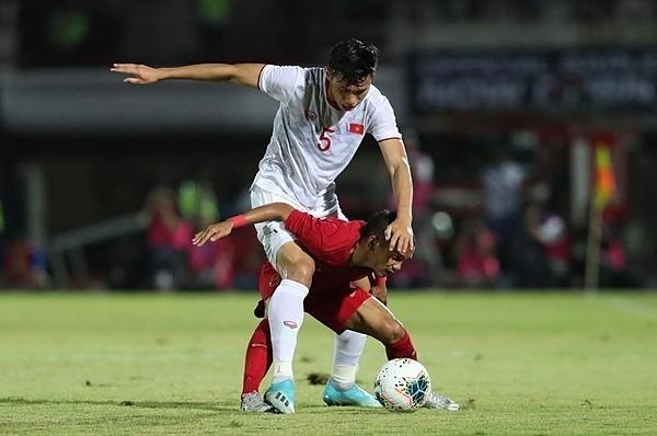 Khoảnh khắc cầu thủ Indonesia cõng Văn Hậu trên lưng trở thành khoảnh ấn tượng. Ảnh: Đức Đồng.