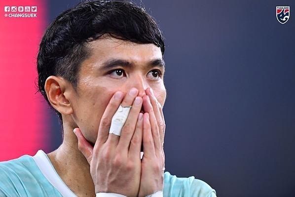 Cầu thủ Thái Lan thẫn thờ khi để Malaysia thắng ngược. Ảnh: Changsuek.