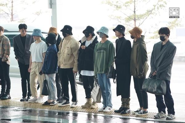 Seventeen khiến fan bật cười khi đội mũ bucket đồng phục.