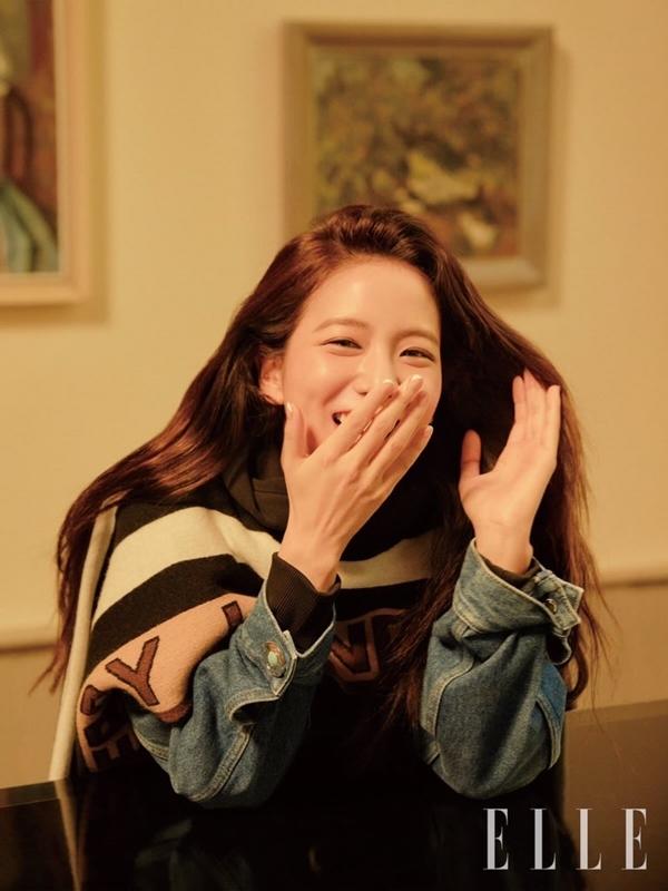 Sự xuất hiện của Ji Soo trên tạp chí ELLE gây chú ý đối với người hâm mộ.