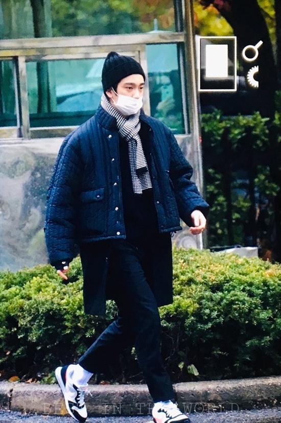 Jin Young ấm áp với set đồ gồm những phụ kiện không thể thiếu trong mùa đông như mũ len, khăn quàng.