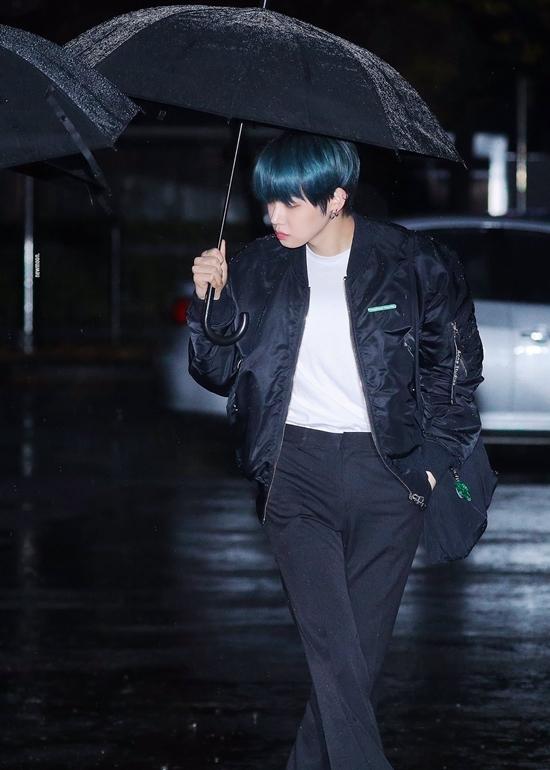Yeon Jun nổi bật với mái tóc màu xanh lam.