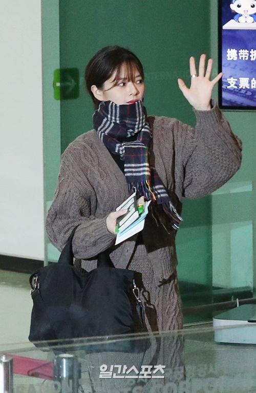 Jeong Yeon diện đồ len, khăn quàng to sụ cực ấm áp.